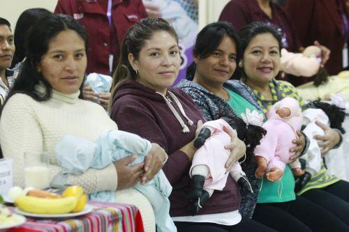 Instituto Nacional Materno Perinatal realiza circuito de preparación de la gestante para la lactancia materna