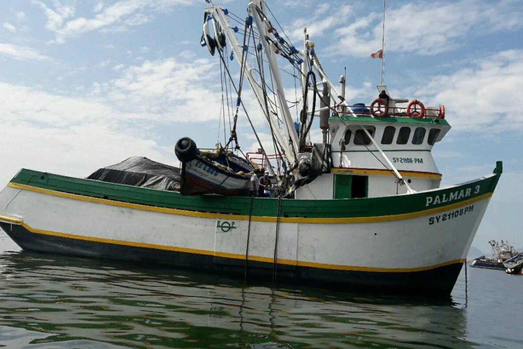 El Organismo Nacional de Sanidad Pesquera (Sanipes), en el marco del Plan de Vigilancia y Control de las actividades pesqueras, ha iniciado un cronograma de capacitaciones y acompañamiento a los armadores de embarcaciones pesqueras de madera de mayor escala comprendidos en la Ley 26920, a fin de orientarlos en la adecuación de sus embarcaciones industriales a la norma sanitaria vigente.