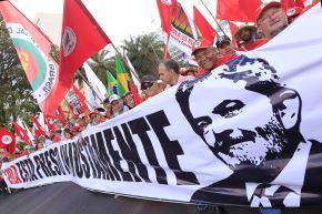 Integrantes del Movimiento Sin Tierras (MST) caminan hacia Tribunal Superior Electoral para registrar la candidatura del expresidente Lula da Silva Foto: EFE