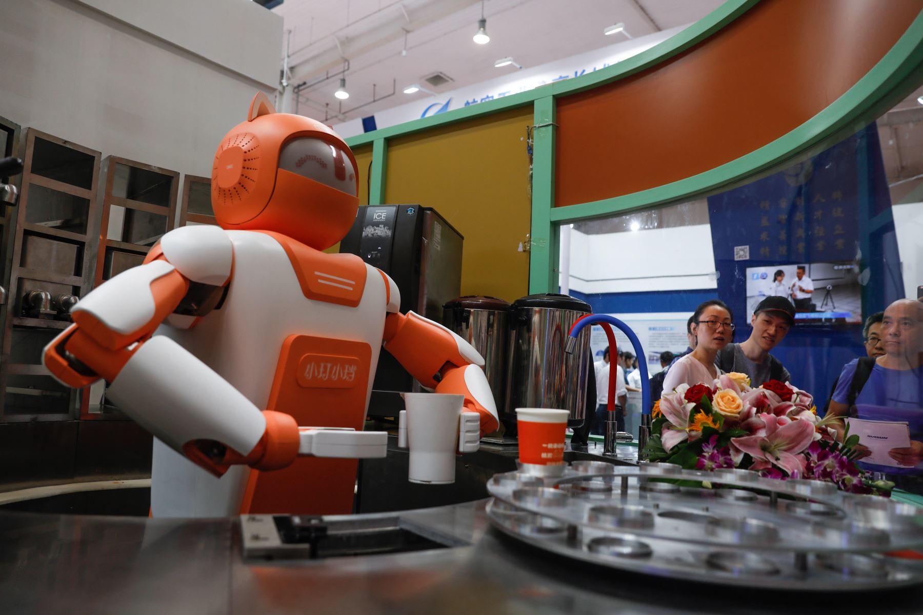 Partido de fútbol robótico en el ámbito del Congreso Mundial de Robótica en Pekín Foto: EFE