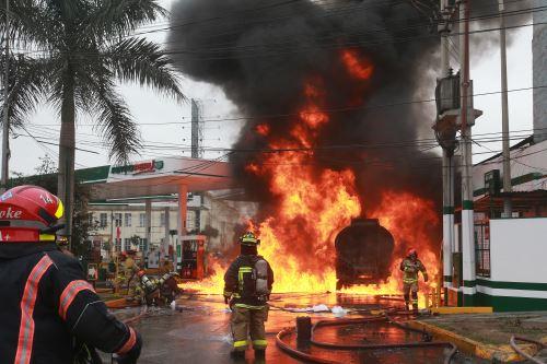 Auto y cisterna se incendian en grifo ubicado frente a Hospital del Niño