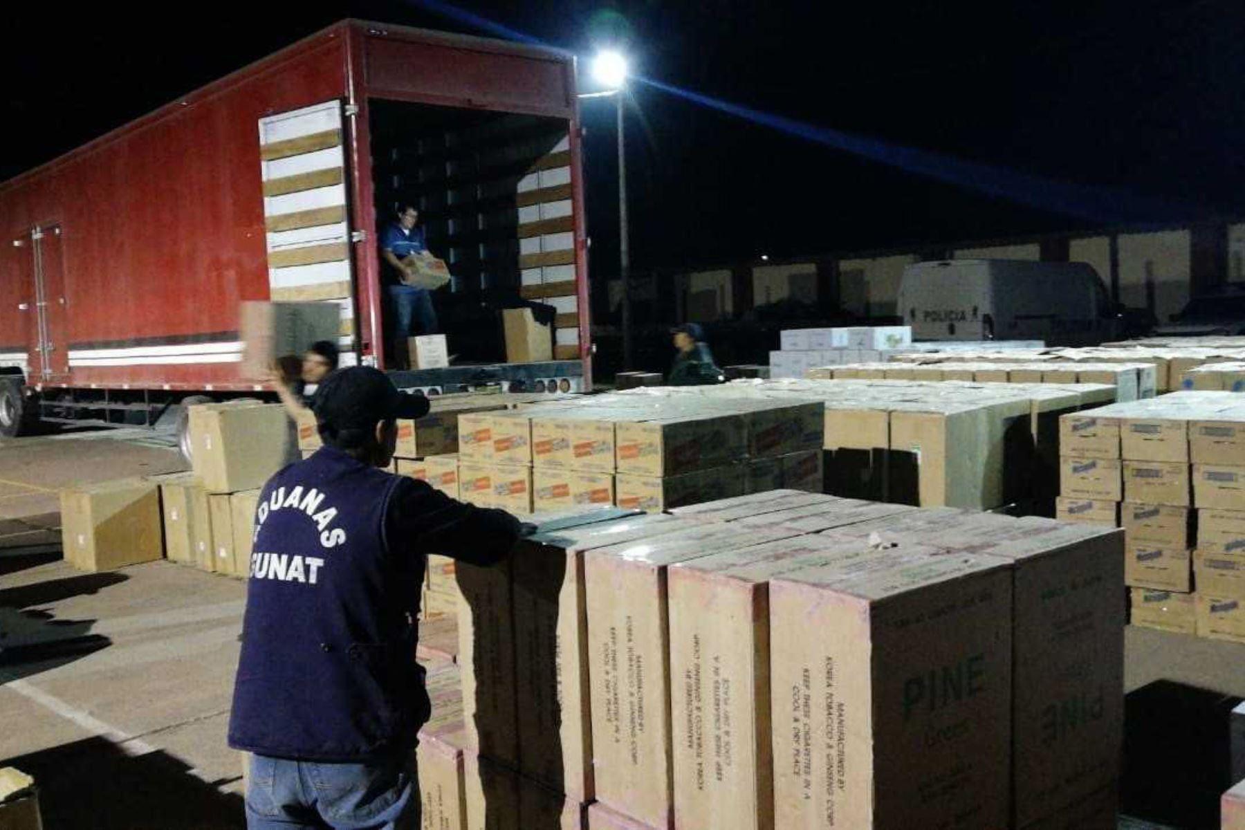 Como parte de las acciones de control aduanero y aplicando herramientas de gestión de riesgo, personal de la Sunat intervino, en la región Cusco, un camión que transportaba un lote de cigarrillos paraguayos que carecían de documentación que ampare su ingreso al país. El valor comercial de las mercancías asciende a 400,000 dólares.