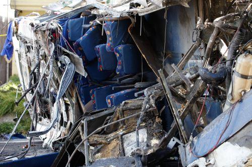 Autobús de pasajeros que chocó en la carretera andina que une Quito con Papallacta Foto: EFE