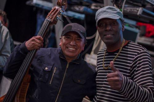 Antonio Cartagena une su voz a Agua Marina.