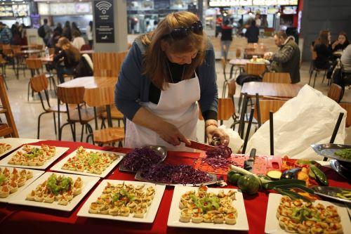 Una mujer elabora platos de degustación con productos típicos del Corredor de los Pájaros Pintados de Uruguay Foto: EFE
