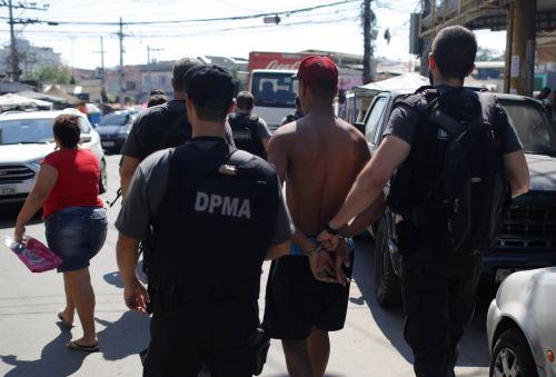 Policía detiene a un sospechoso en un operativo en la favela Complexo do Alemão en Río de Janeiro Foto: EFE