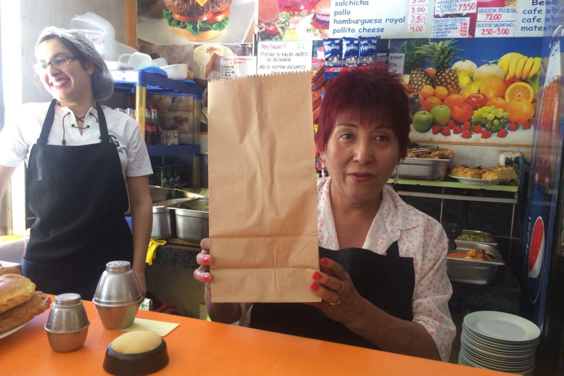 Con bolsas de papel y vasos de vidrio reemplazan a los envases de plástico y tecnopor prohibidos en la UNSA de Arequipa. Foto: ANDINA.