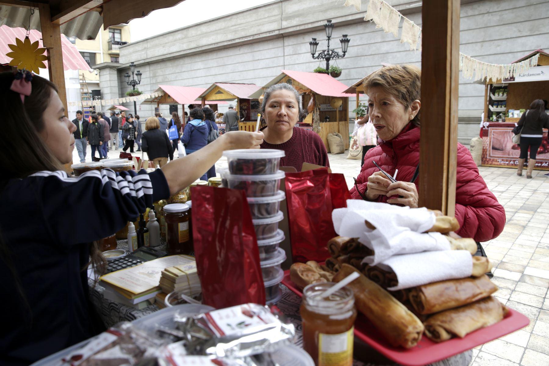 Los visitantes disfrutan tambien de dulces, manjares, licores, postres y cosméticos hechos de café. Foto: ANDINA/Melina Mejía