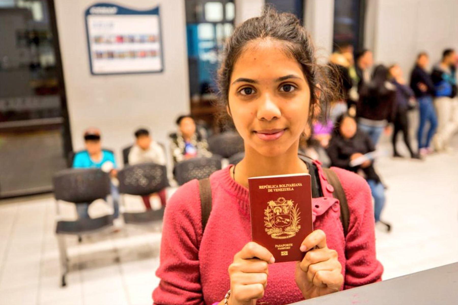 Ciudadanos venezolanos realizan su control migratorio con pasaporte en el Centro Binacional de Atención Fronteriza (CEBAF) en Tumbes con la entrada en vigencia de este requisito fijado por las autoridades peruanas, desde las 00:00 horas de hoy. Foto: Migraciones