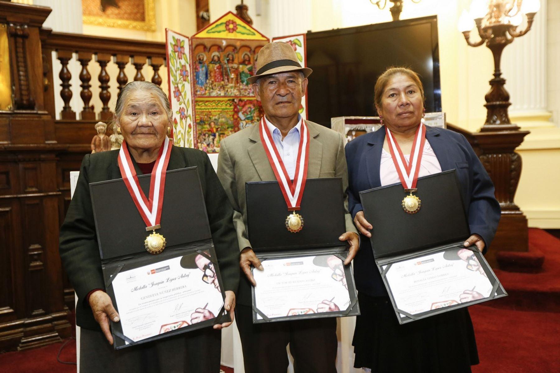 """Reconocen con medalla """"Joaquín López Antay"""" a artesanos de Ayacucho y Cusco."""