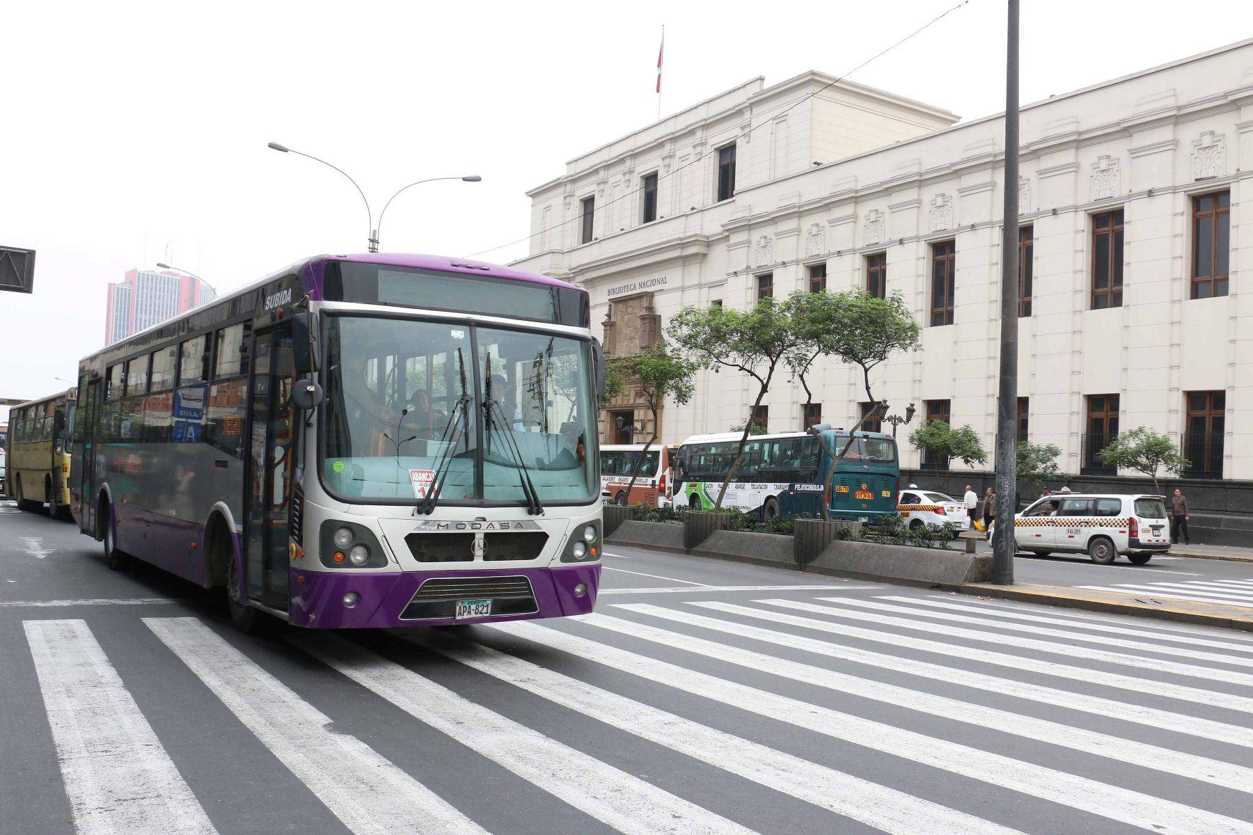 Una unidad del Corredor Morado transita por la avenida Abancay (imagen de archivo). ANDINA/Difusión