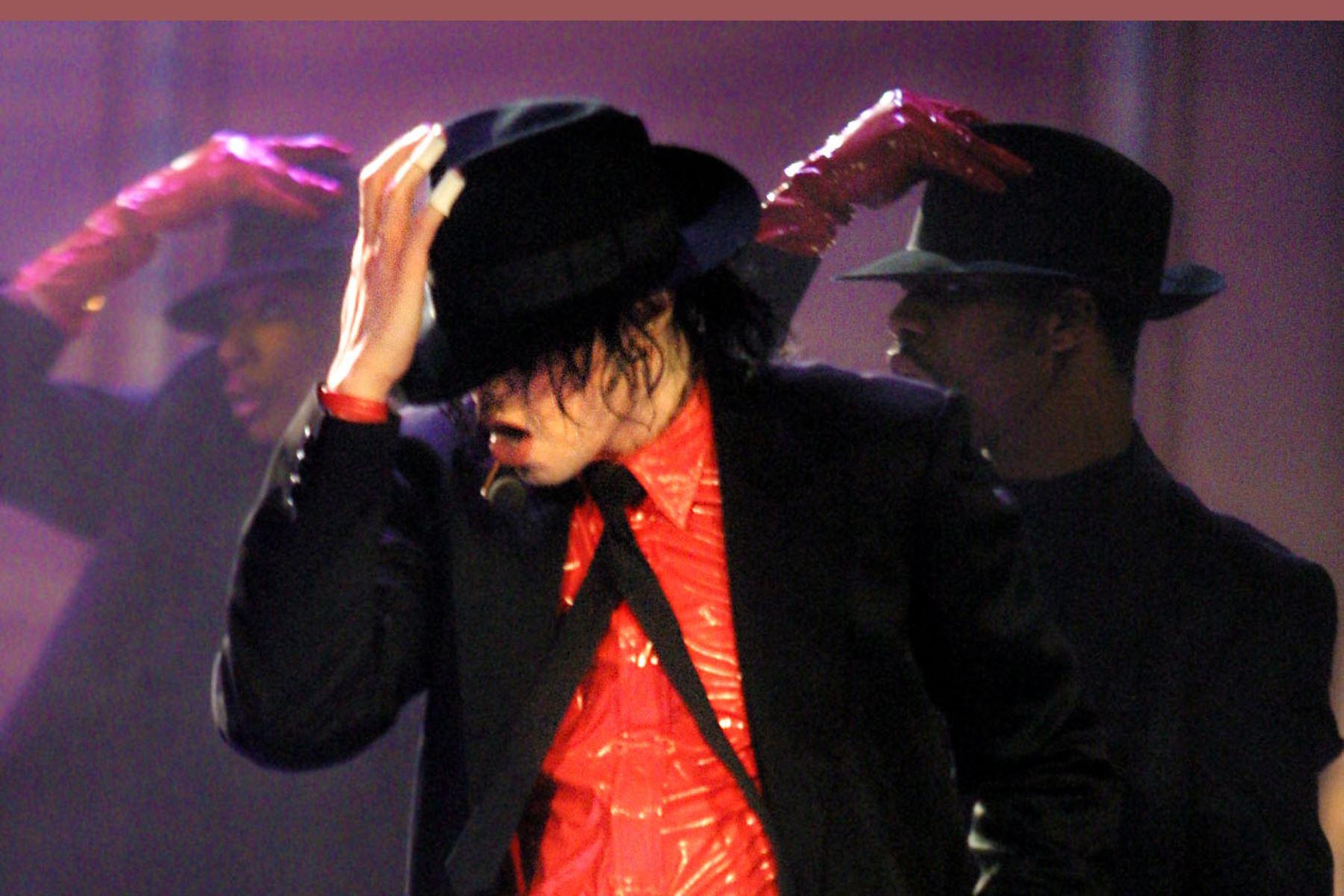 El cantante estadounidense Michael Jackson se presenta el 20 de abril de 2002 en Pasadena, California. Foto: AFP
