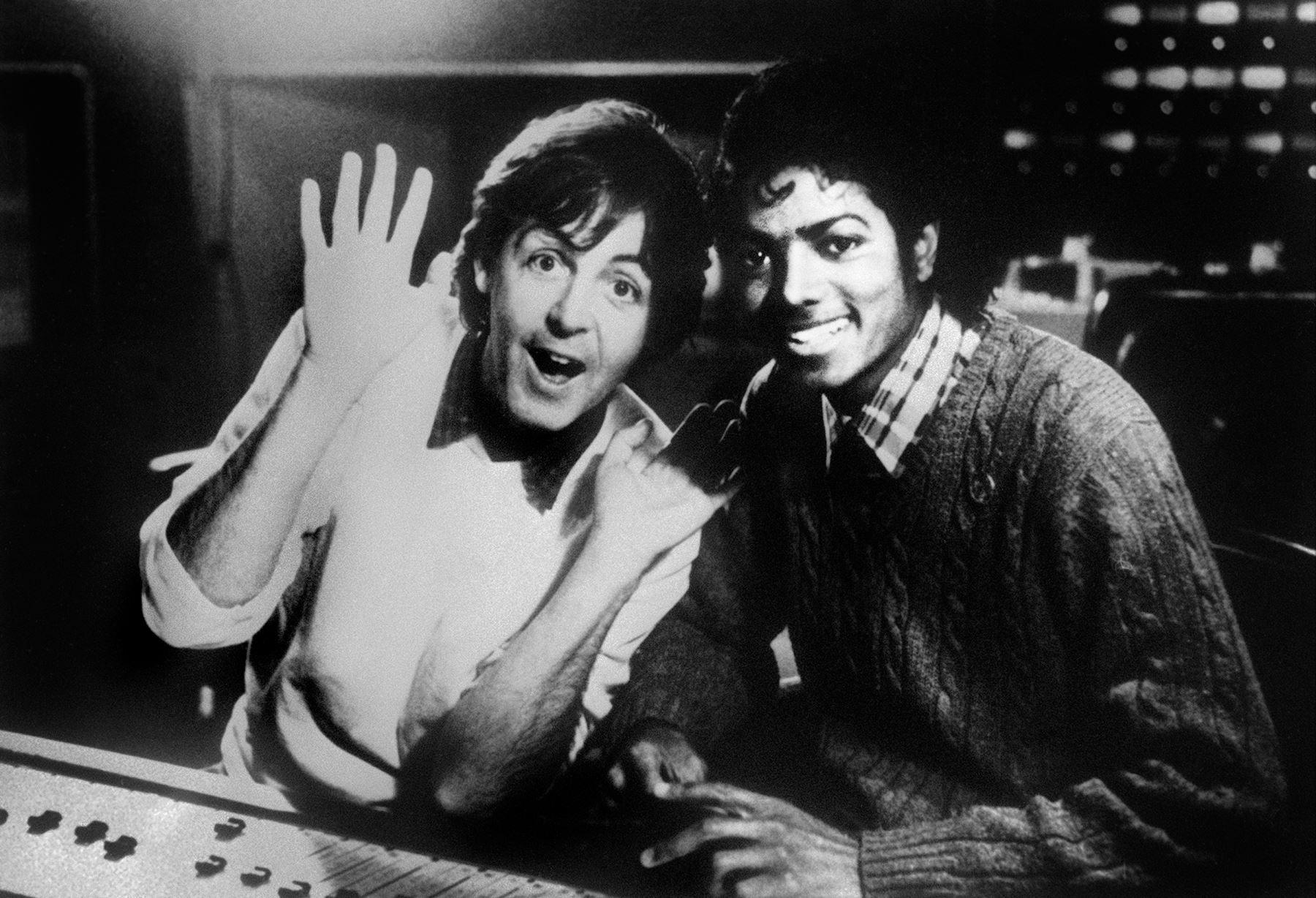 Foto fechada el 19 de diciembre de 1983 muestra al cantante británico Paul McCartney y la estrella del pop estadounidense Michael Jackson Michael Jackson. Foto: AFP