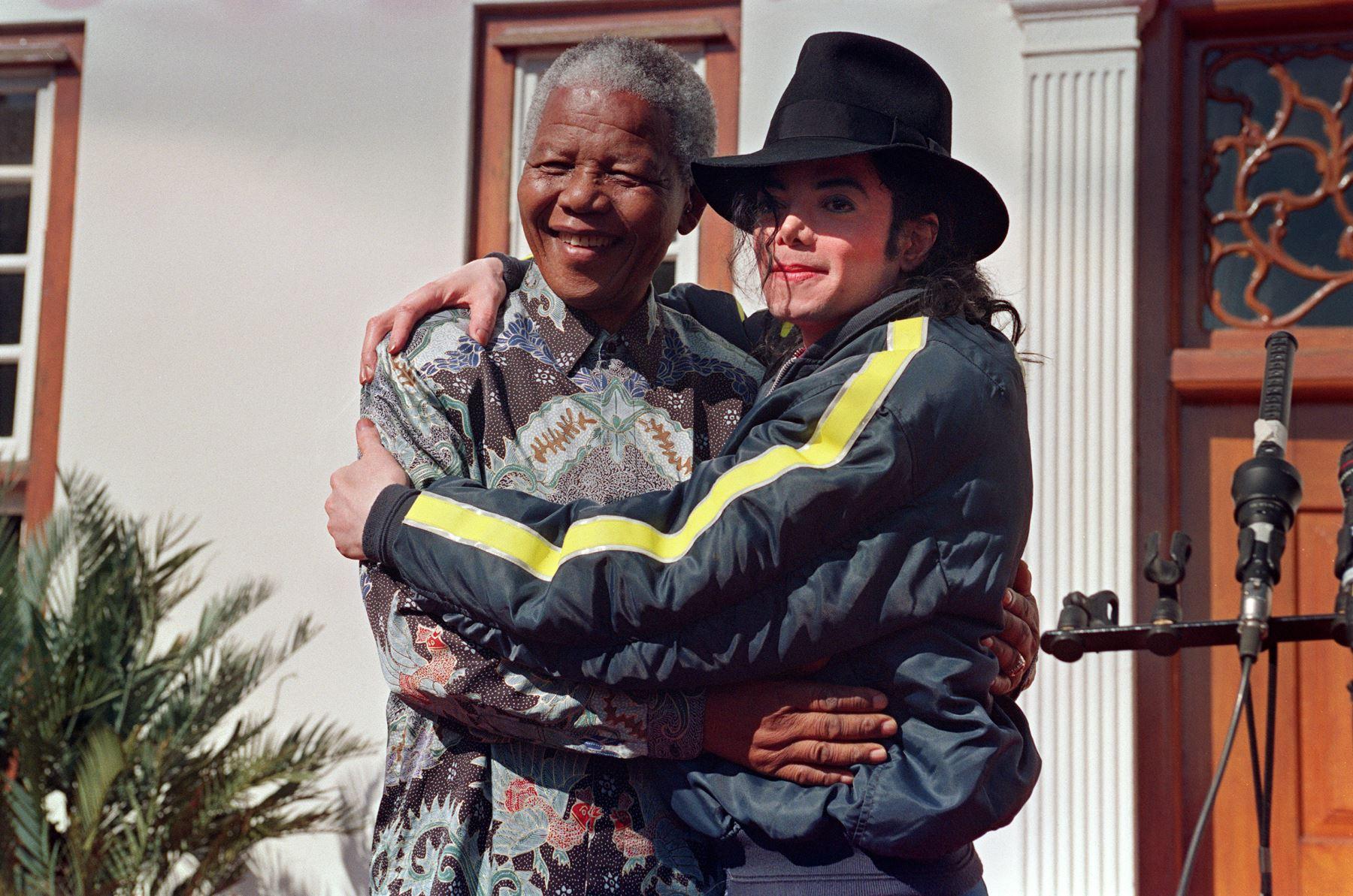 La estrella pop y artista estadounidense Michael Jackson (R) posa con el ganador del Premio Nobel Nelson Mandela (L) en Kwazulu-Natal el 19 de julio de 1996. Foto: AFP