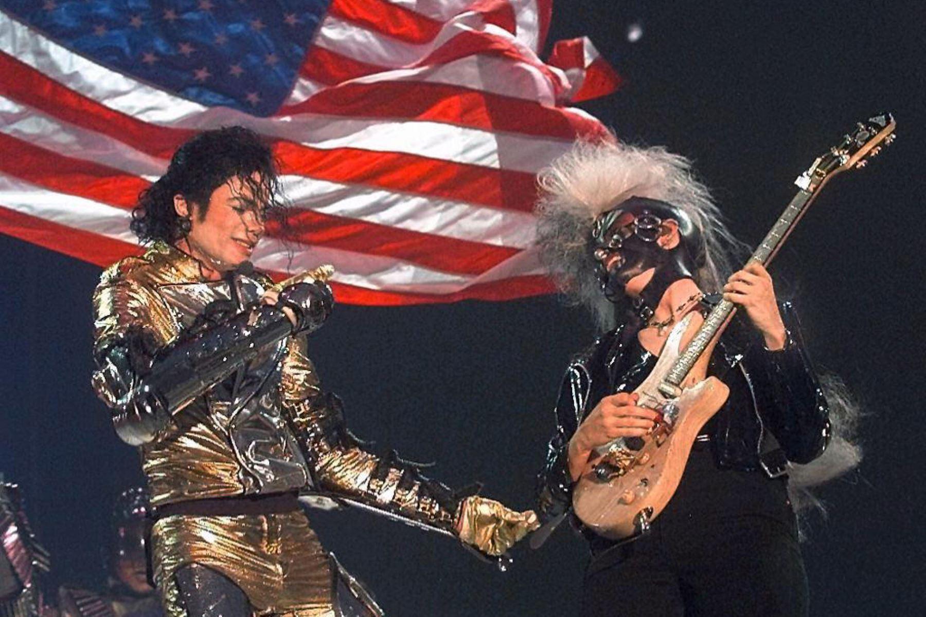 """El cantante estadounidense Michael Jackson y su guitarrista Jeannifer Batten (D) actuaron en el escenario el 25 de junio en el estadio Gerland Lyon, frente a casi 25,000 personas durante un concierto que da comienzo a su gira francesa titulada """"History World Tour II. Foto: AFP"""