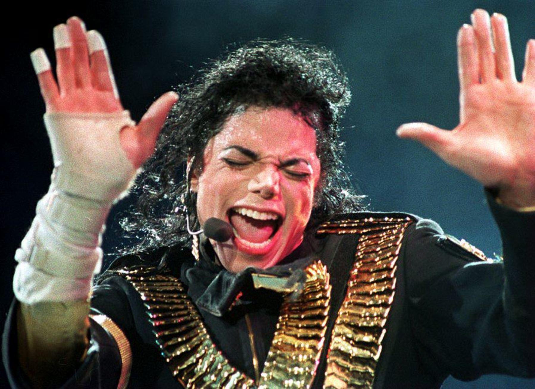 """Imagen del 01 de septiembre de 1993 tomada en Singapur que muestra a la estrella de pop estadounidense Michael Jackson actuando durante su gira """"Dangerous"""".Foto: AFP"""