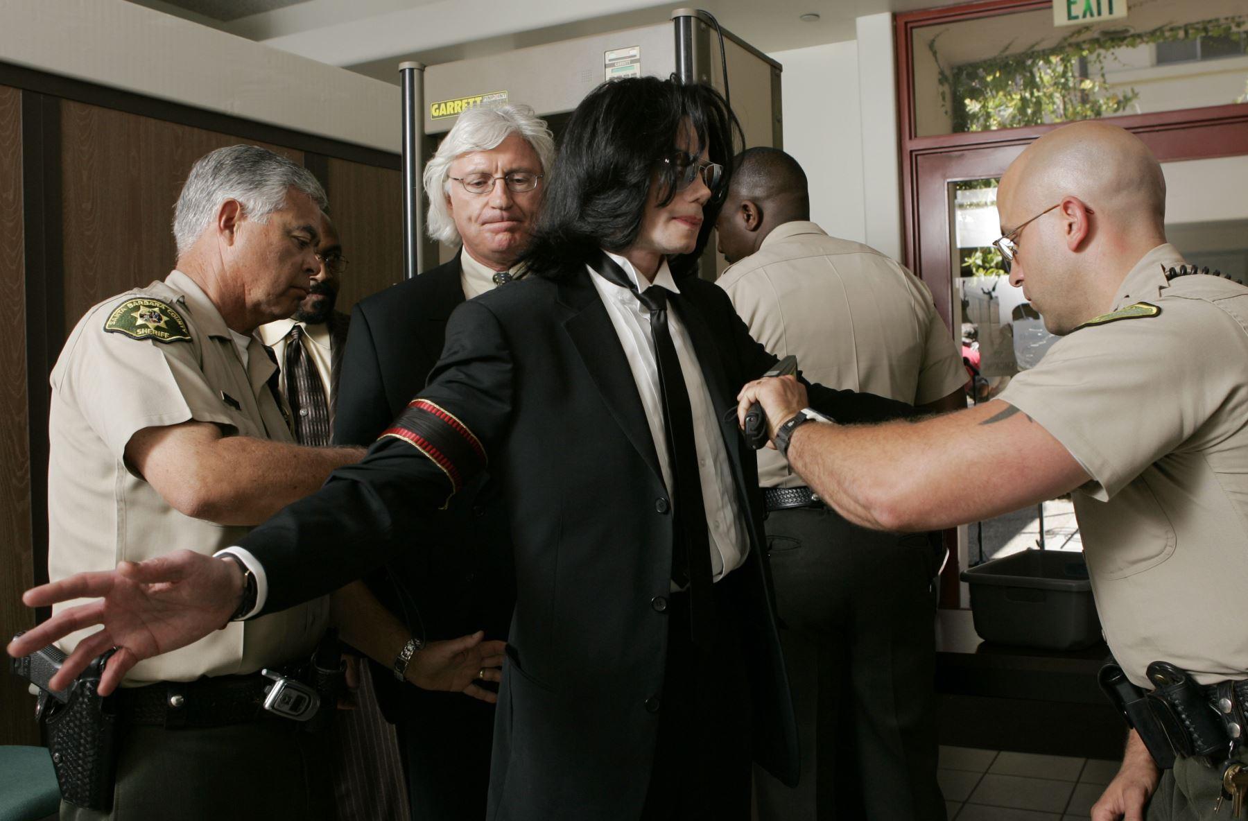 Michael Jackson pasa por seguridad cuando llega al Tribunal Superior del condado de Santa Bárbara el 13 de junio de 2005 en Santa María, California. Foto: AFP