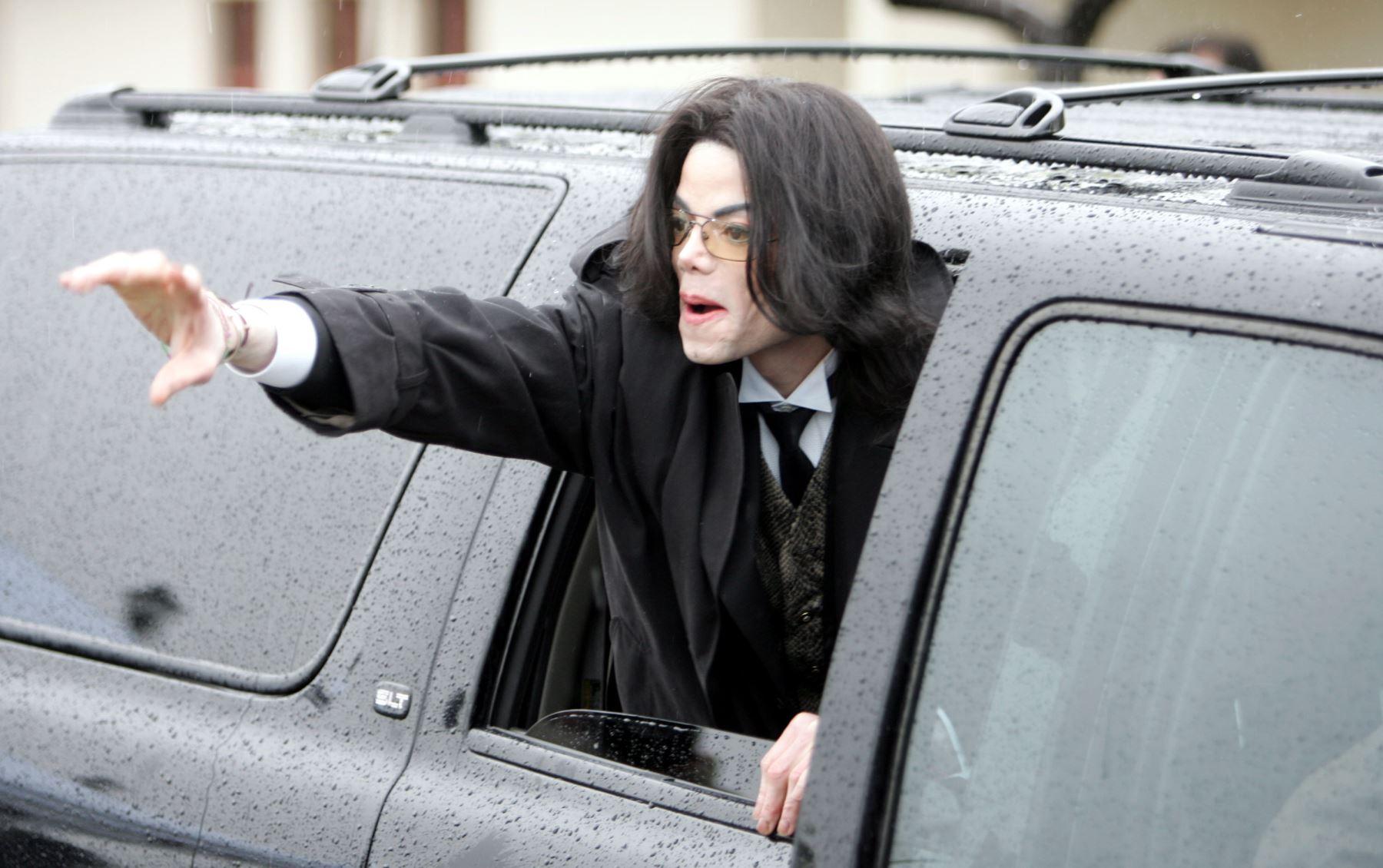 Michael Jackson sale del tribunal del condado de Santa Barbara el 22 de febrero de 2005 en Santa María, California. Foto:AFP