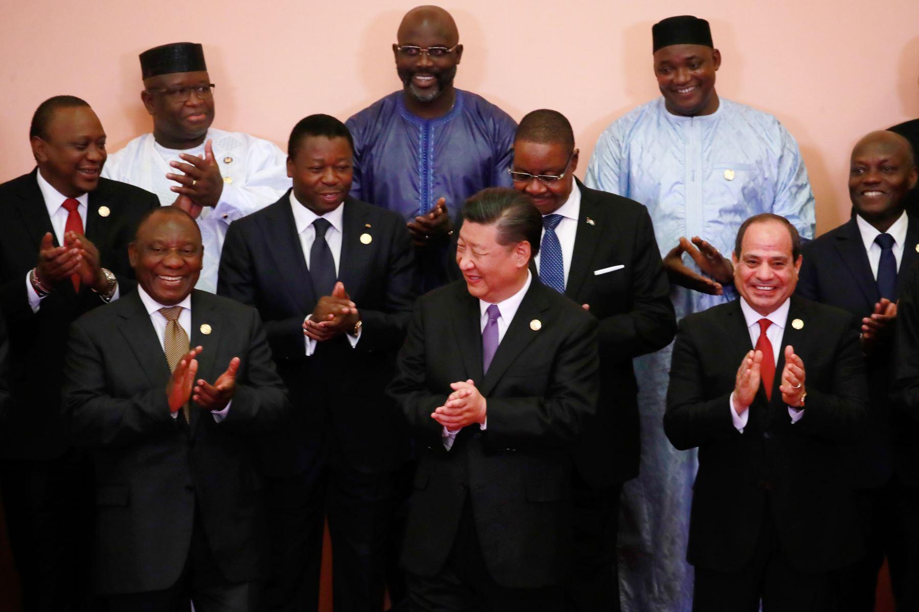 Presidente de China Xi Jinping rodeado de los presidentes africanos en el Foro de Cooperación China-Africa en Beijing Foto: AFP