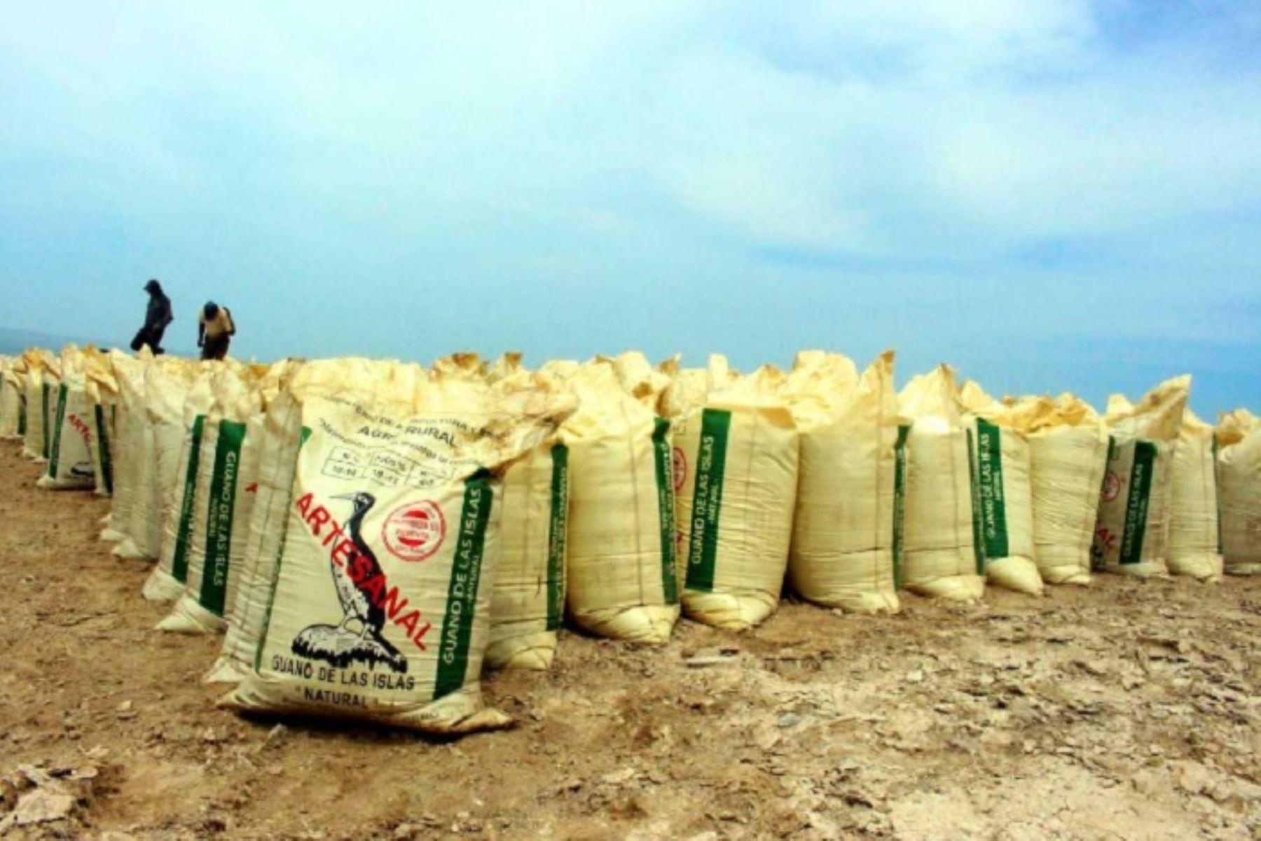 Un embarque de 36,000 kilos de guano de las islas, proveniente del puerto de Supe, arribó a la ciudad de Ferreñafe, en la región Lambayeque, con el objetivo de mejorar la productividad de los agricultores de comunidades campesinas, principalmente.