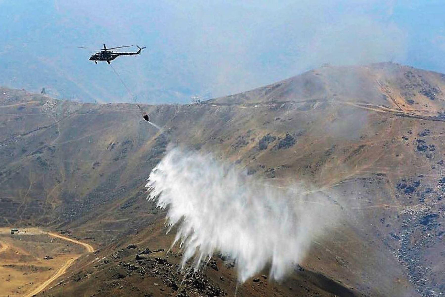 Con helicóptero y sistema Bambi Bucket combaten el incendio forestal en Arequipa y Moquegua. ANDINA/Difusión