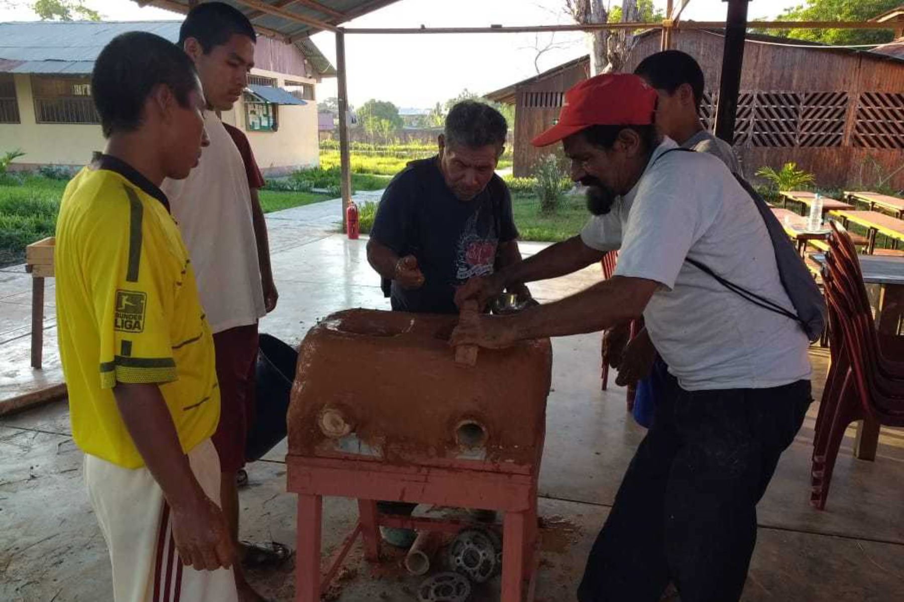 Internos del Centro Juvenil de Diagnóstico y Rehabilitación de Pucallpa, capital de la región Ucayali, están aprendiendo a producir cocinas artesanales de barro para tener mayores posibilidades de reinsertarse económicamente en la sociedad, gracias a la capacitación que reciben de los adultos mayores usuarias del Programa Nacional de Asistencia Solidaria Pensión 65.