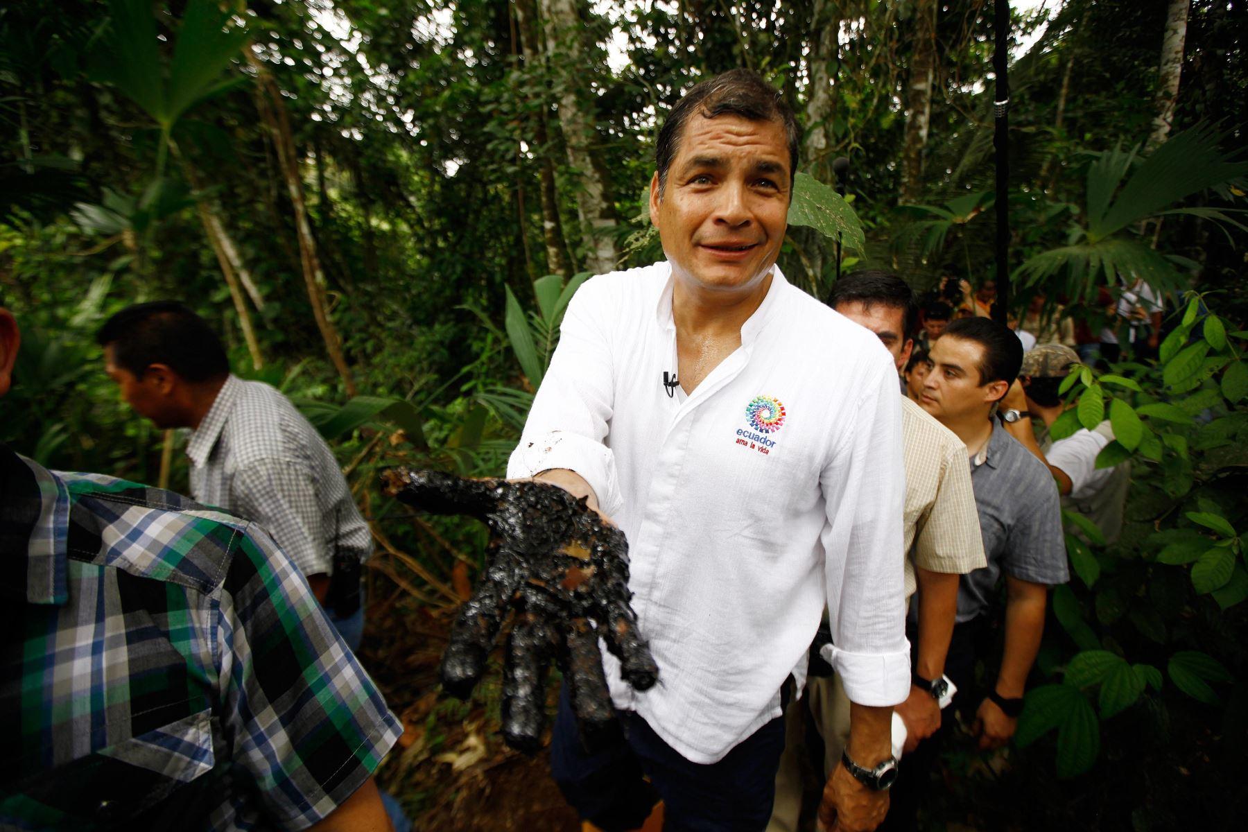 Foto de archivo del ex presidente Rafael Correa con su mano manchada de crudo en el pozo Aguarico 4  Foto: AFP