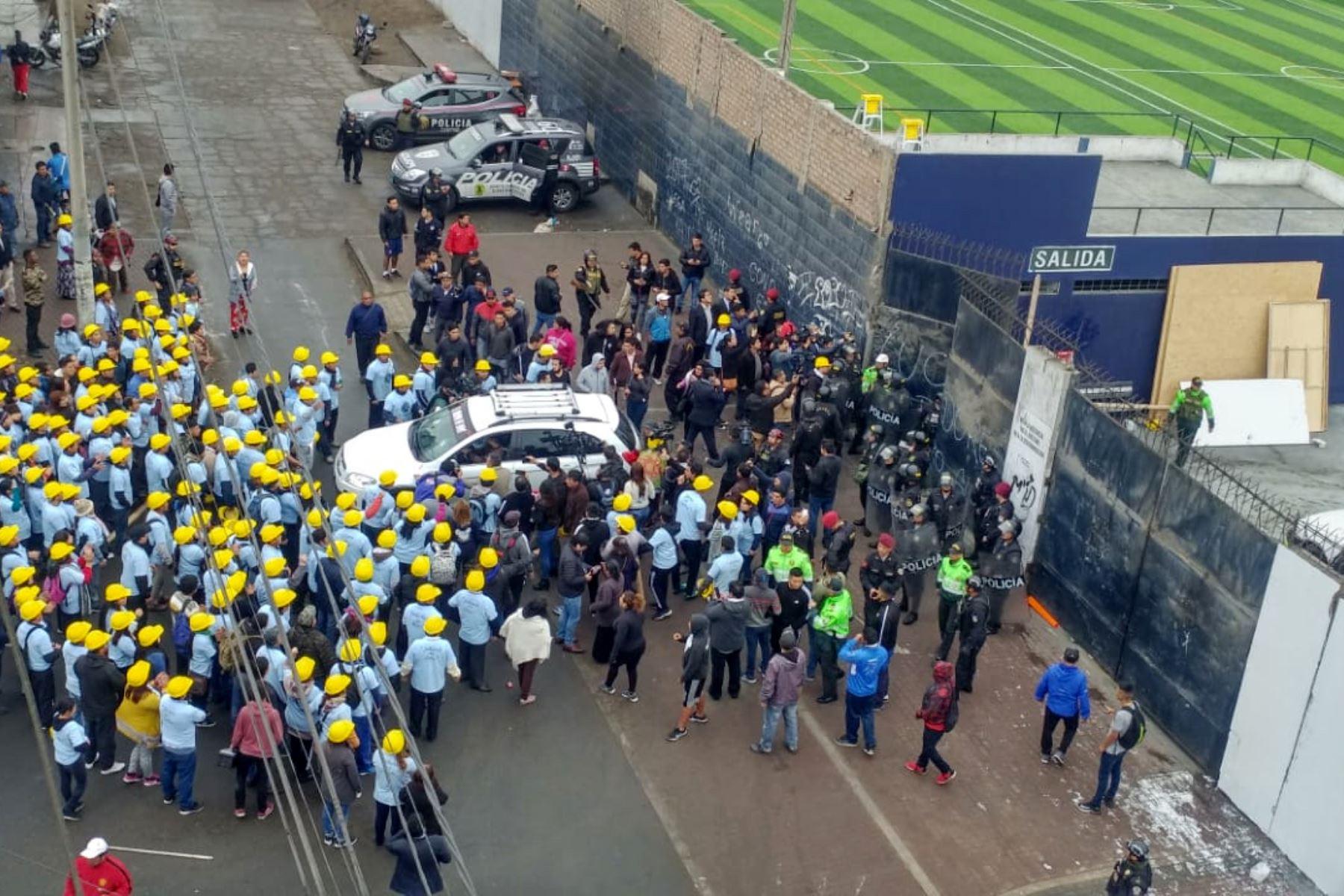 Evangélicos irrumpieron en el estadio Matute vestidos con camisetas celestes y cascos amarillos. Foto: ANDINA/Norman Córdova