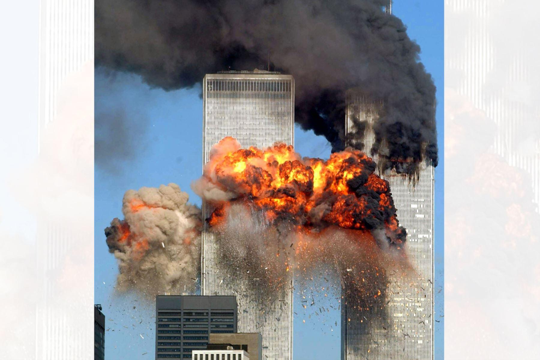 El vuelo 175 de United Airlines secuestrado de Boston se estrella en la torre sur del World Trade Center y explota a las 9:03 a.m. El posterior colapso de las torres gemelas causó la muerte de unas 2.800 personas. Nueva York,  11 de septiembre de 2001. Foto: AFP