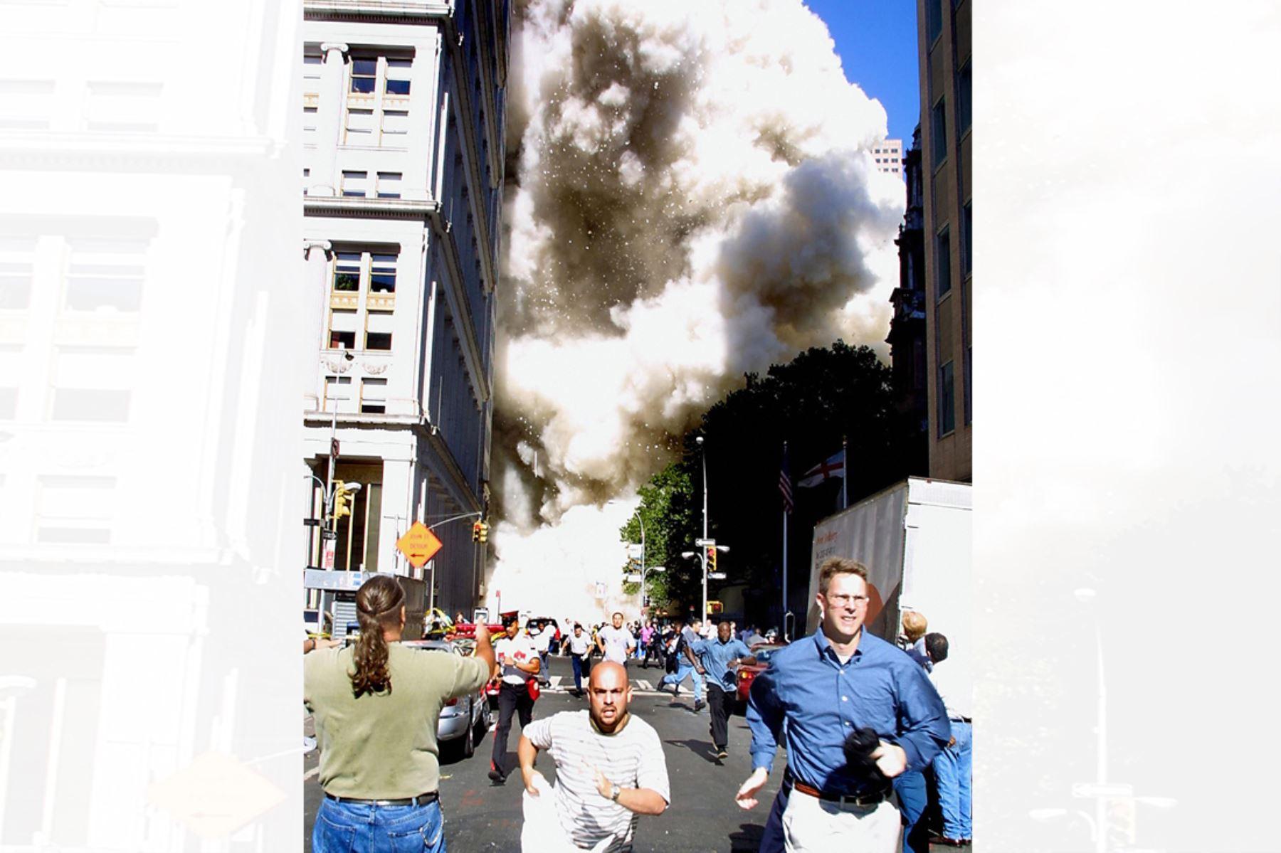 Personas que huyen de la escena cuando una de las torres del World Trade Center se derrumba en la ciudad de Nueva el 11 de setiembre de 2001. Foto:AFP