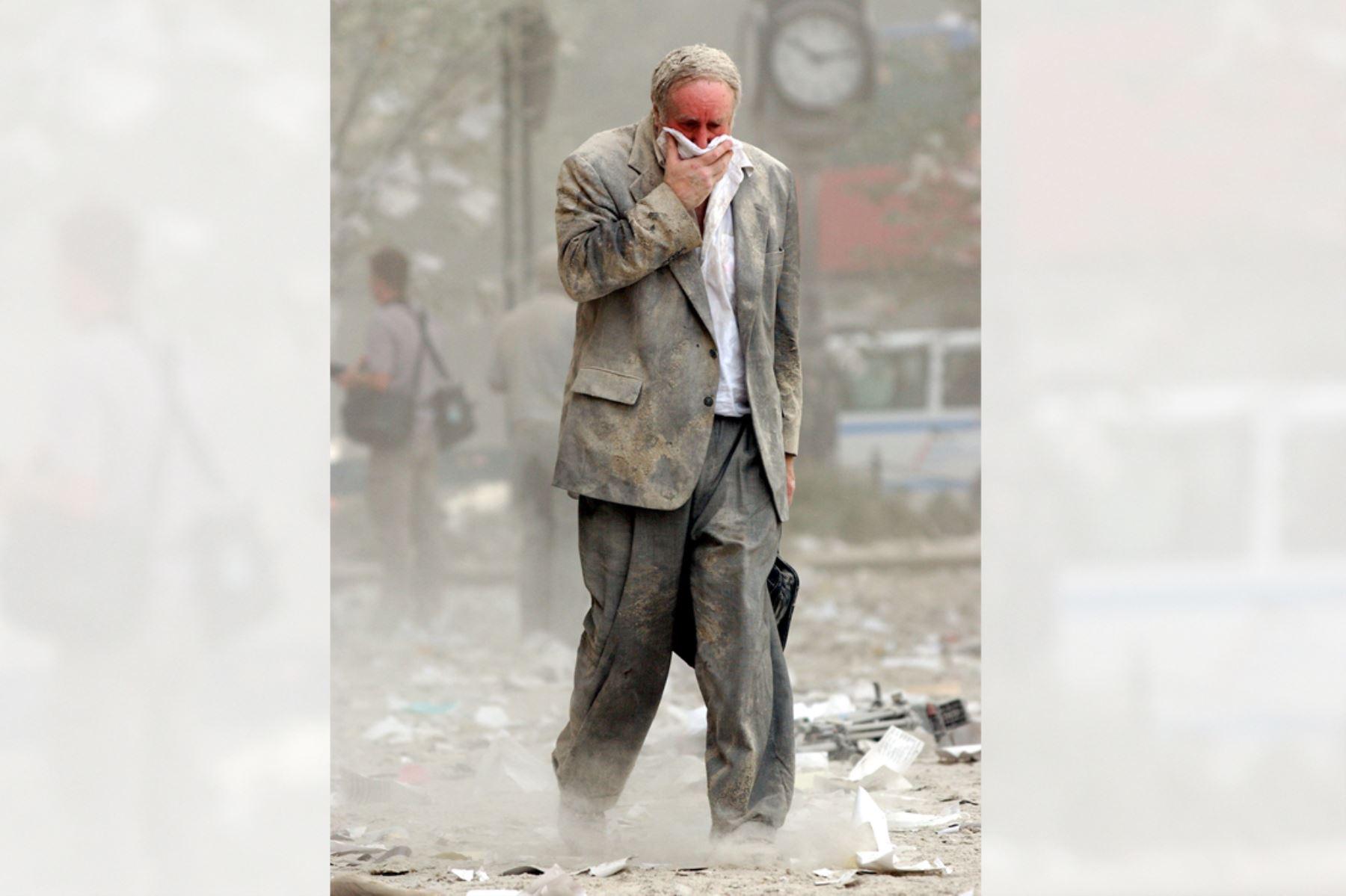 Edward Fine cubriéndose la boca mientras camina entre los escombros después del colapso de una de las Torres del World Trade Center en Nueva York el 11 de setiembre de 2001. Foto: AFP