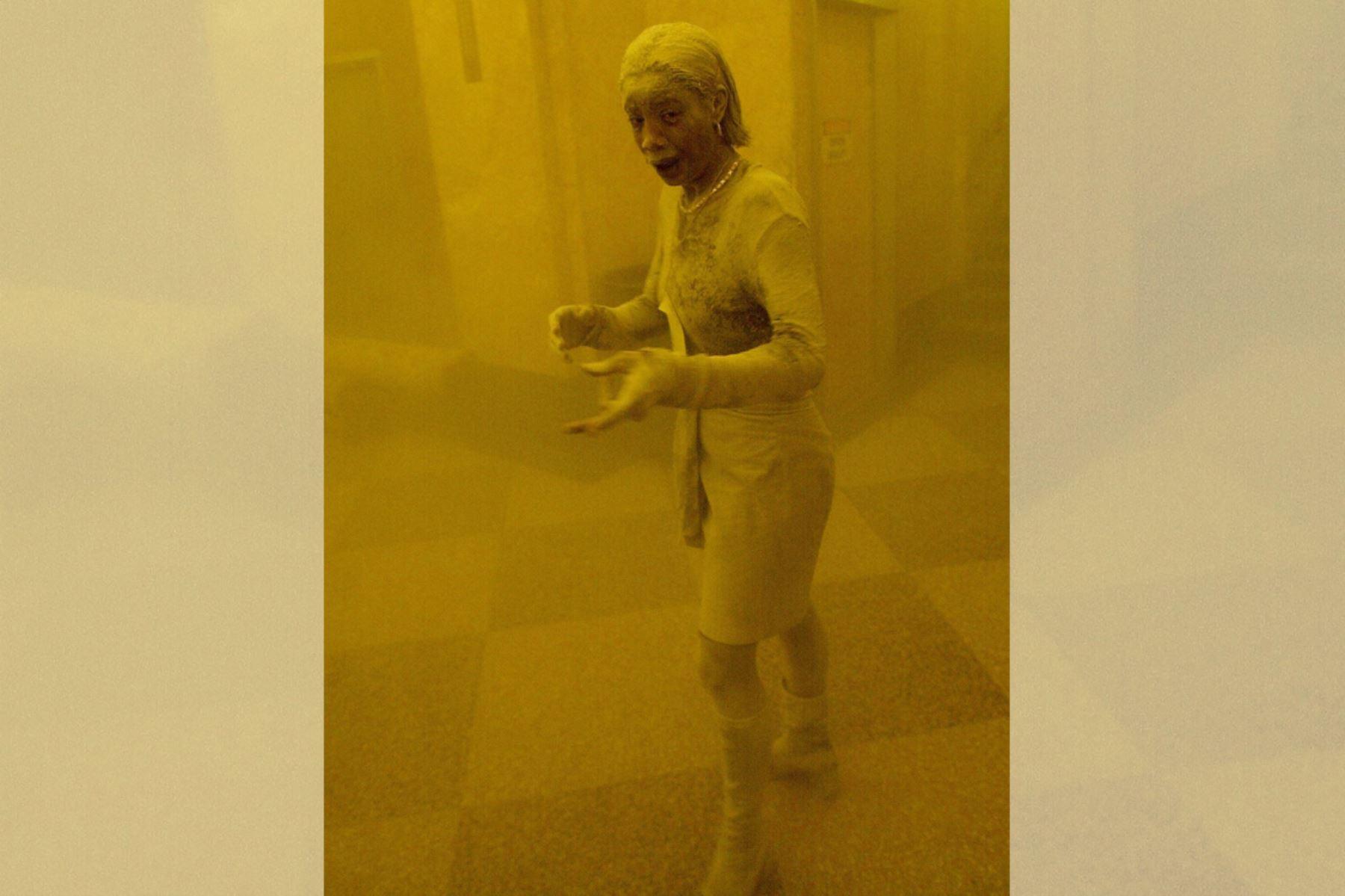 Marcy Borders cubierta de polvo mientras se refugia en un edificio de oficinas después de que una de las torres del World Trade Center se derrumbó en Nueva York el 11 de setiembre de 2001. Foto: AFP