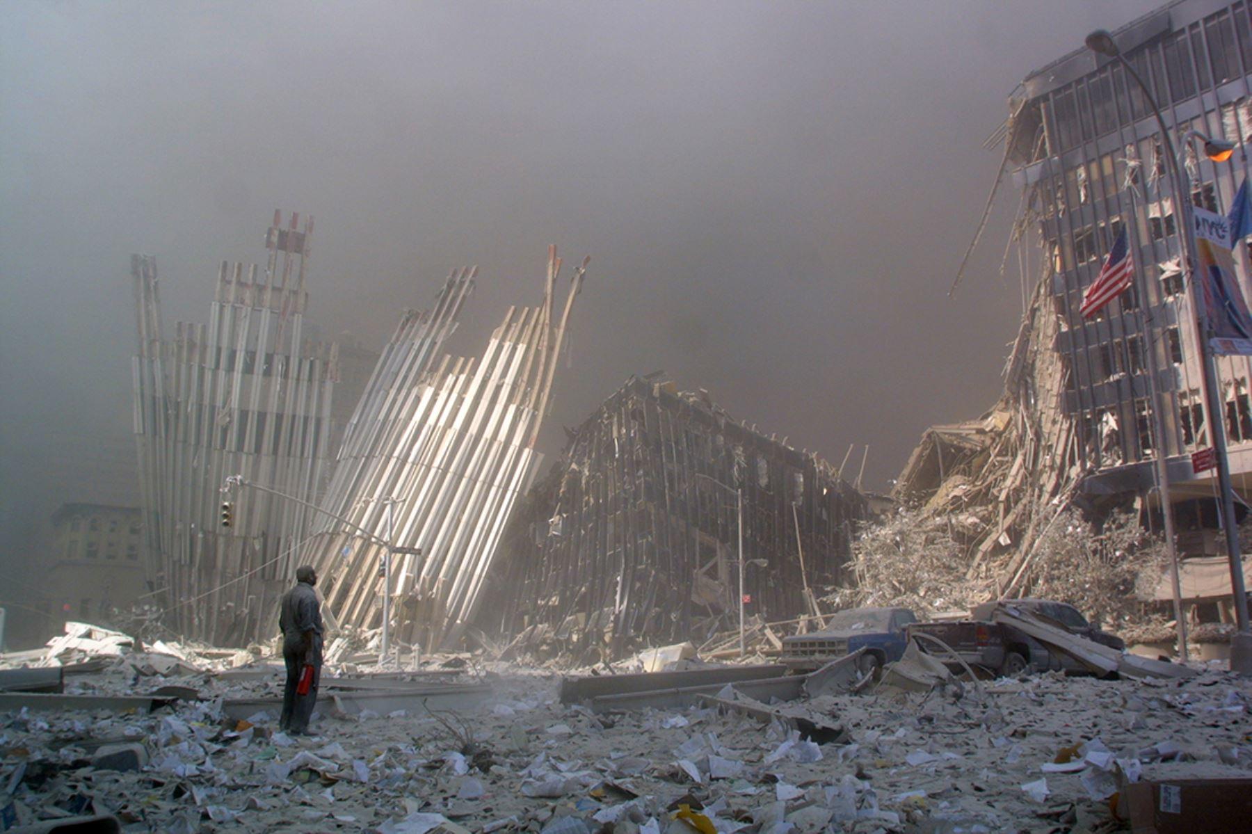 Un hombre de pie entre los escombros y preguntando si alguien necesita ayuda después del colapso de la primera Torre del World Trade Center en la ciudad de Nueva York el 11 de setiembre de 2001. Foto: AFP