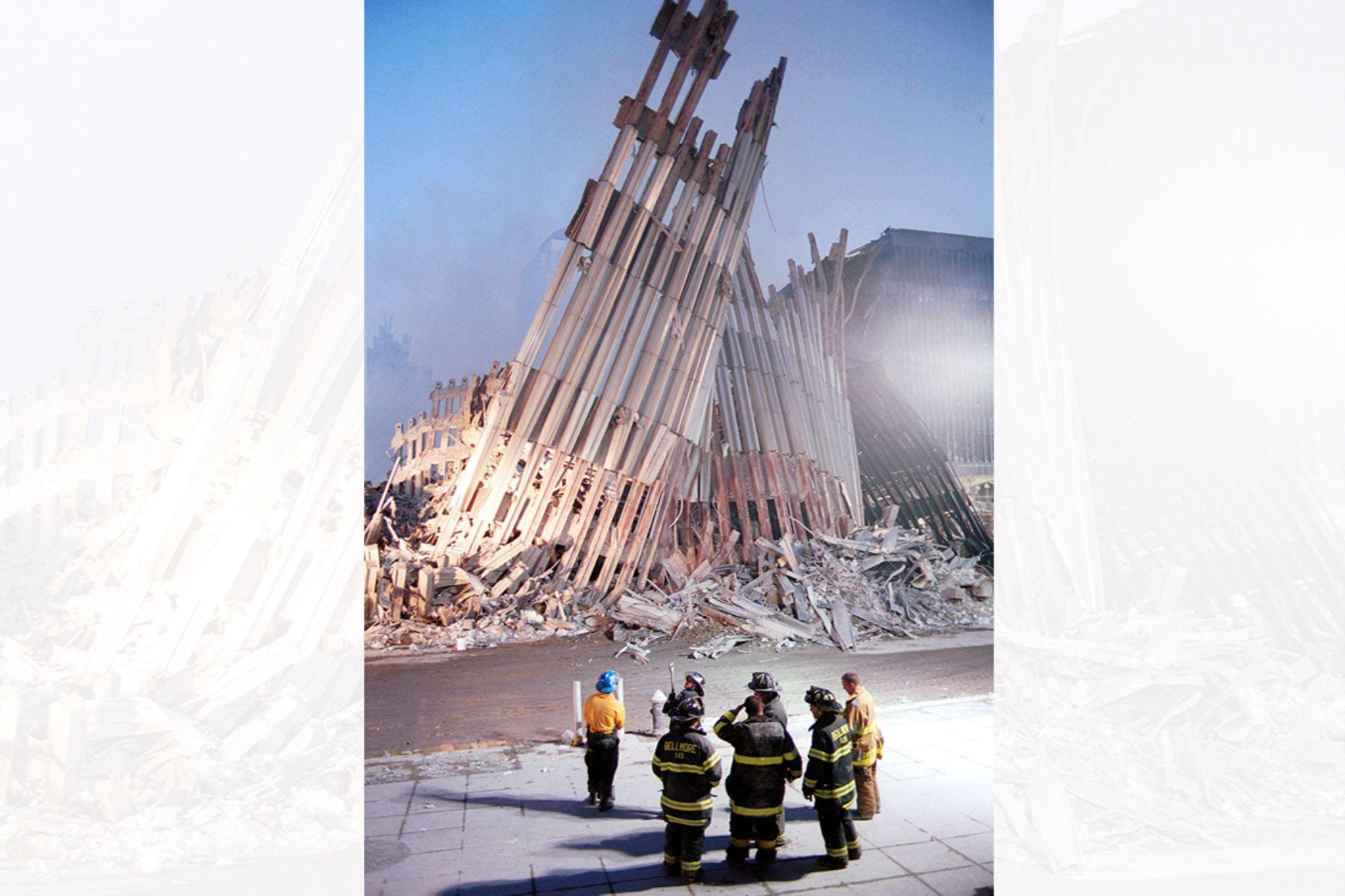 Los bomberos de la ciudad de Nueva York observan las ruinas del World Trade Center en la ciudad de Nueva York el 13 de setiembre de 2001. Foto: AFP