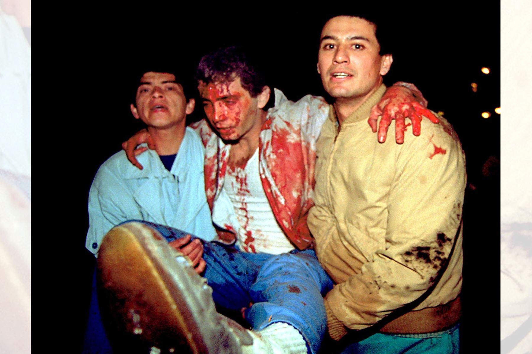 Heridos por atentado terrorista perpetrado por Sendero Luminoso con coche bomba en la calle Tarata de Miraflores el 16 de julio de 1992. Foto: AFP