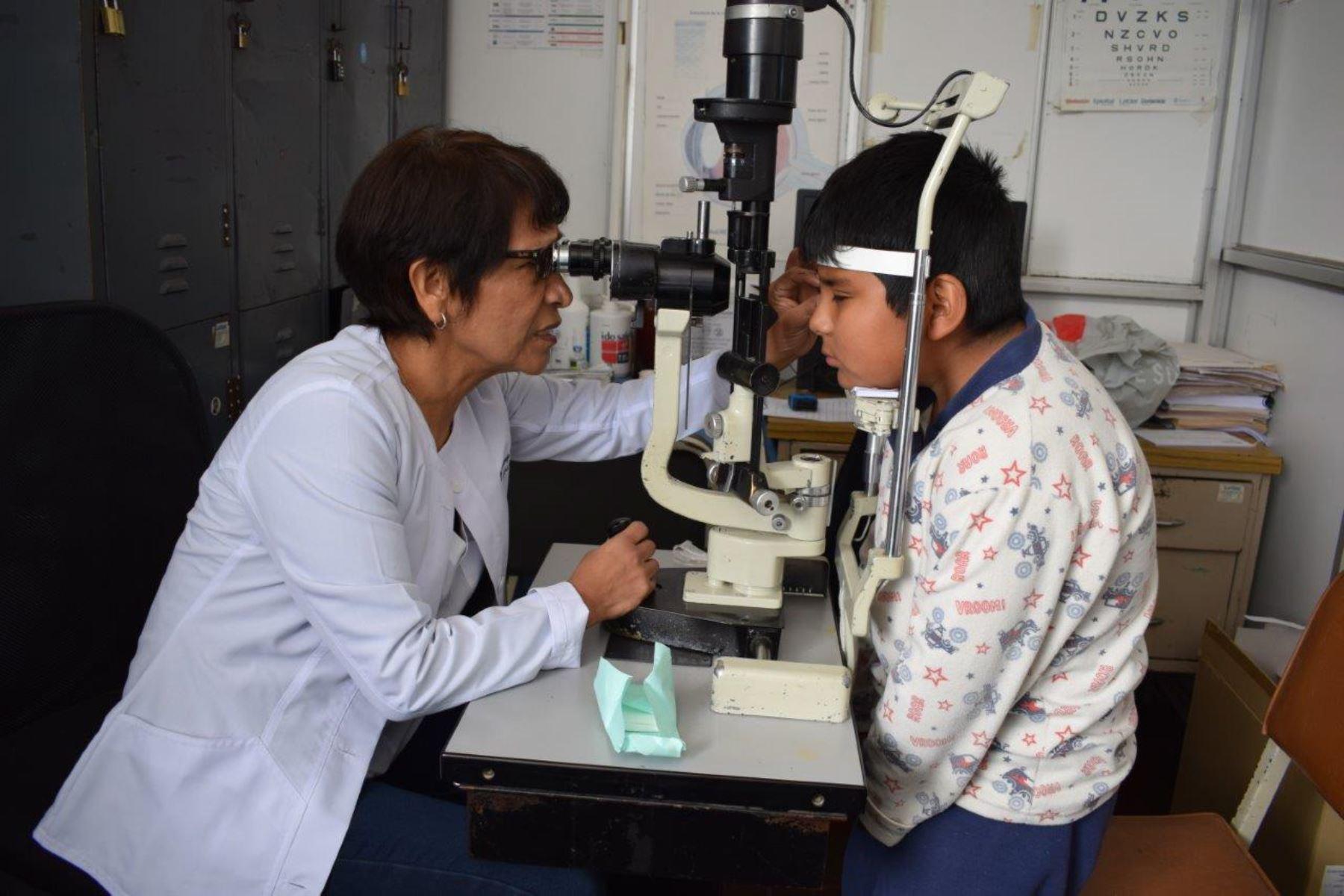 El niño Willow Vargas Ttupa (9) recuperó la visión, gracias a exitoso trasplante de córnea en hospital Almenara.