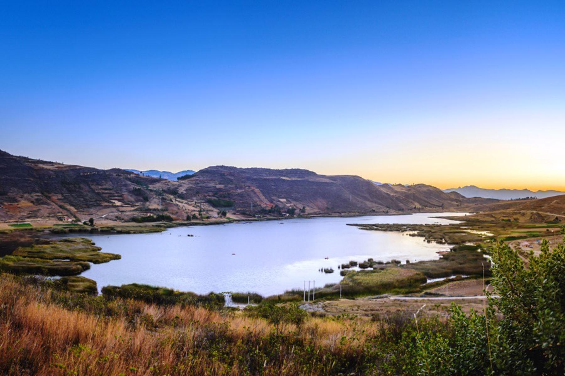 La laguna San Nicolás está ubicada a 30 kilómetros de la ciudad de Cajamarca, a 50 minutos en vehículo con una vía asfaltada hasta el distrito de Namora y de allí un tramo de 7 kilómetros sin asfaltar.