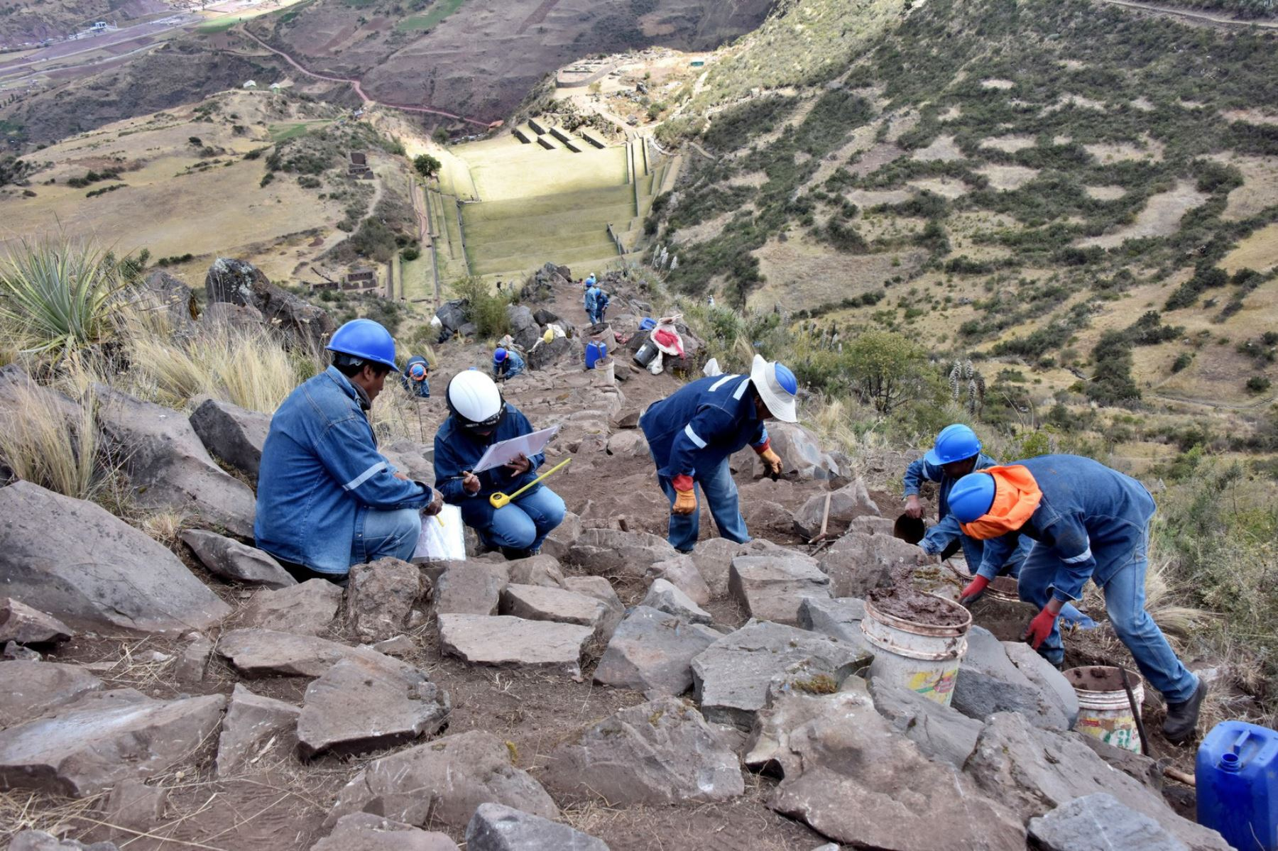 Ponen en valor tramo de dos kilómetros del Camino Inca por donde nuestros antepasados trasladaban productos agrícolas cultivados en los andenes del parque arqueológico de Tipón, región Cusco.