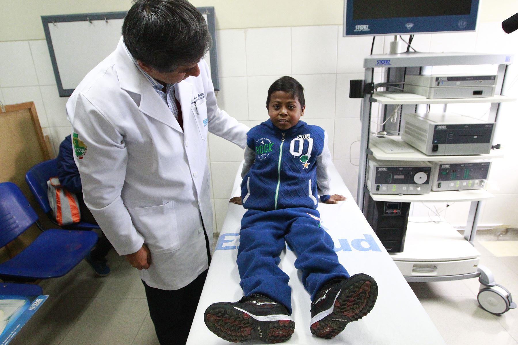 Médico Martín Padilla realiza un control a Giovani Mendoza, niño que salvó de morir gracias a un hígado trasplantado. Foto. ANDINA/Eddy Ramos