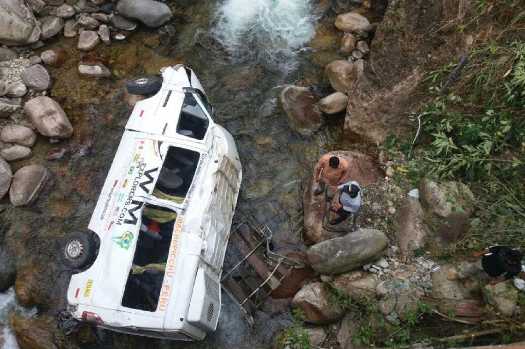 Despiste y vuelco de una van en la vía Cusco-Quillabamba dejó, al menos, 16 turistas heridos.