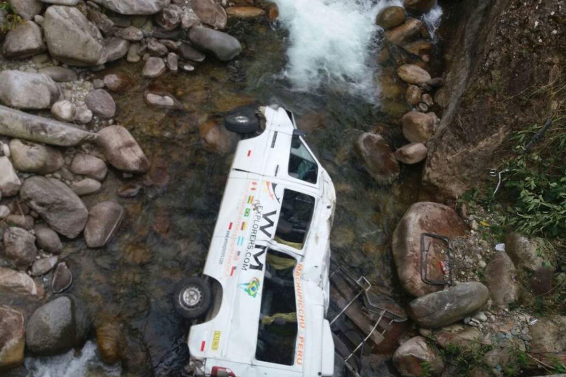 Van con 17 turistas a bordo se precipitó a un río en la carretera Cusco-Quillabamba, vía alterna que conduce al parque arqueológico de Machu Picchu.