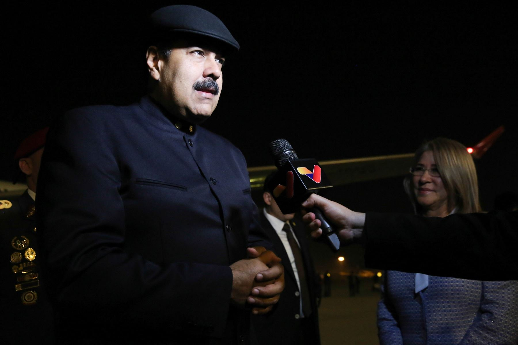 Nicolás Maduro declara a la prensa tras llegar a China. Foto: EFE.