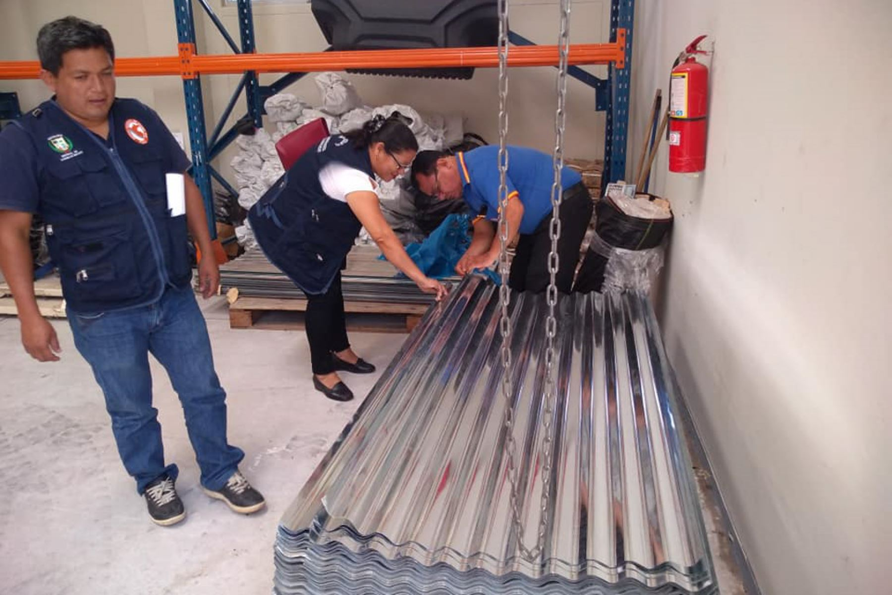 Autoridades de Defensa Civil de San Martín entregan ayuda a los damnificados por vientos fuertes, lluvias y granizo. ANDINA
