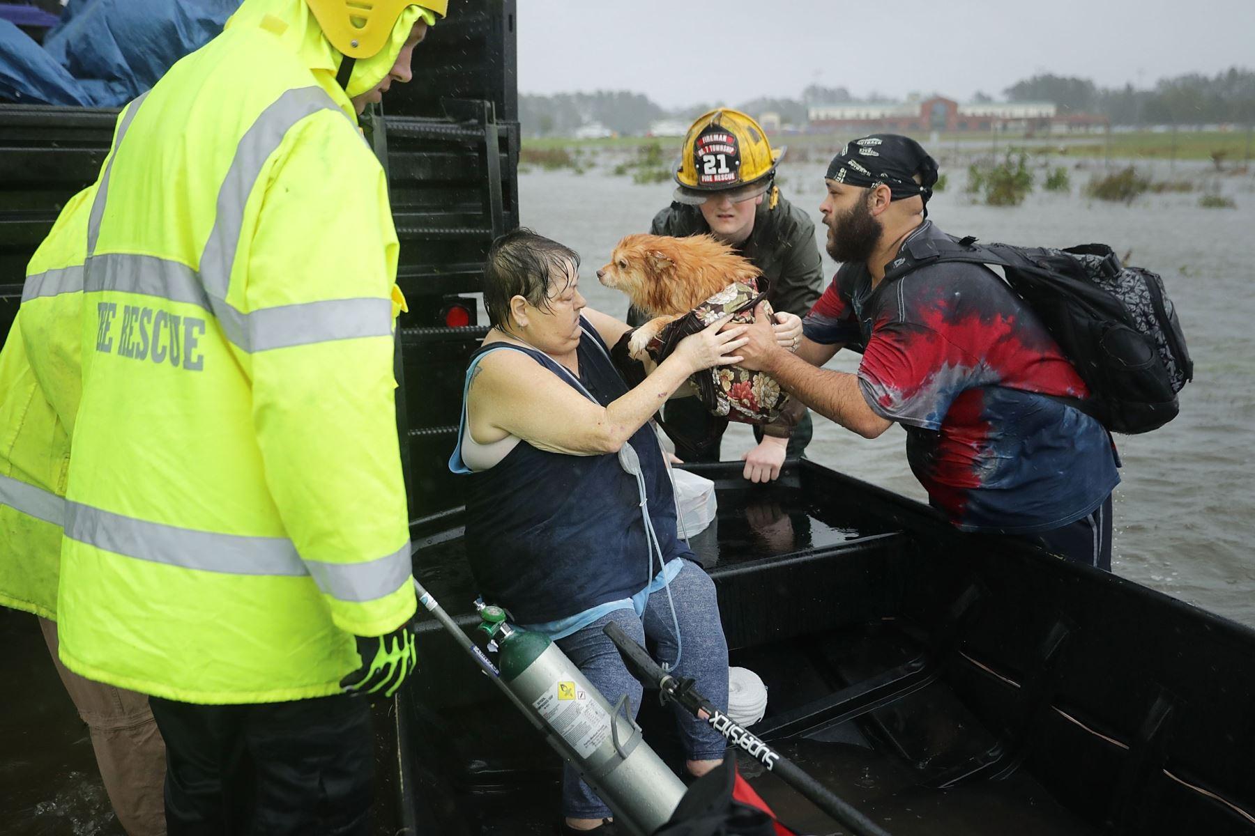 Bomberos  rescatan personas en Carolina del Norte Foto: AFP