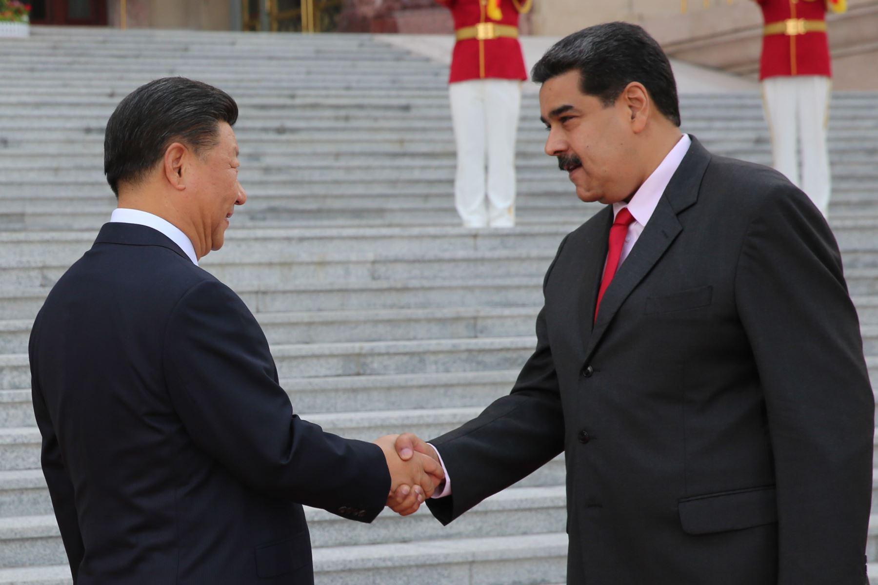 Presidente venezolano Nicolas Maduro estrechando la mano de su homólogo chino Xi Jinping Foto: AFP