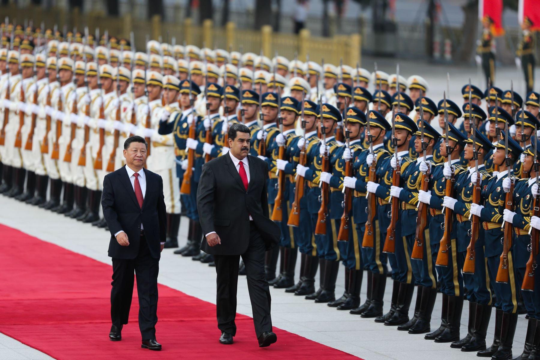 Maduro y su homólogo chino Xi Jinping caminan durante la ceremonia de bienvenida en Beijing Foto: AFP