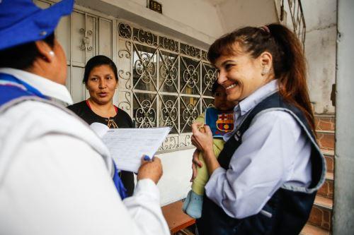 Ministra Pessah visitò casa por casa a familias de Independencia para combatir la anemia