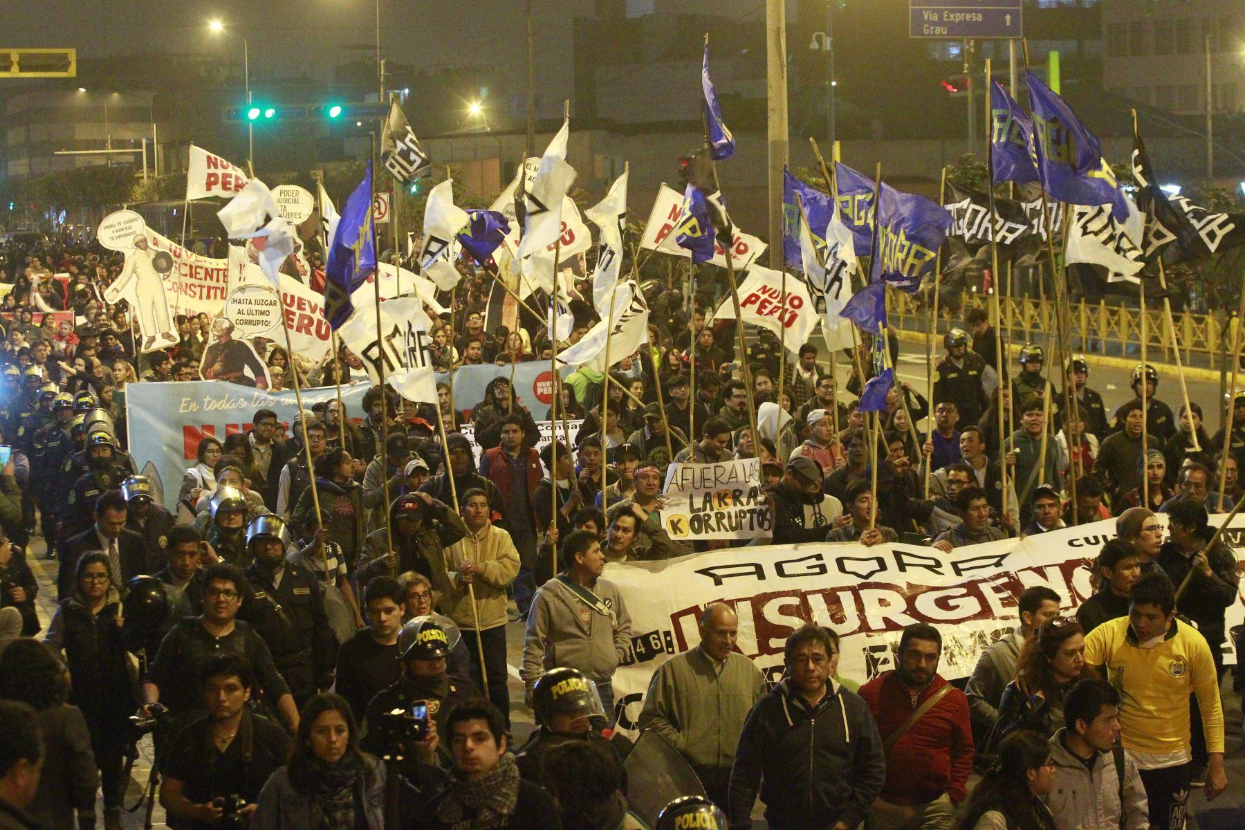 ciudadanos participaron en marcha en respaldo al pedido de cuestión con confianza solicitado por el presidente Martín Vizcarra.Foto: ANDINA/Eddy Ramos