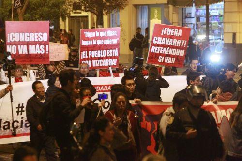 Ciudadanos participan en marcha de respaldo a cuestión de confianza en el Congreso