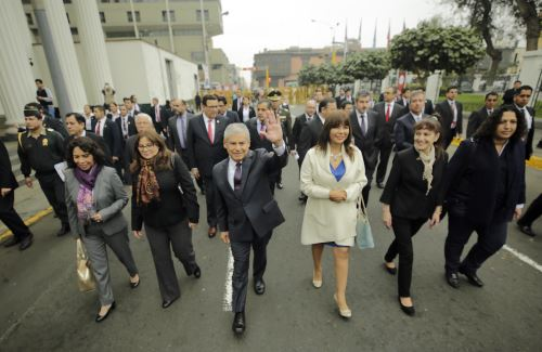 Jefe del Gabinete, César Villanueva, y ministros de Estado caminan hacia el Congreso de la República